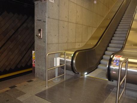 Eskalátor v klidovém režimu - metro Nádraží Holešovice