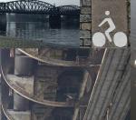 Chůze podél řeky k železničnímu mostu